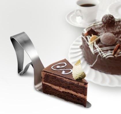 UTU3G10033_thePHAGshop_Dessert Diva High Heel Shoe Cake Server- Use