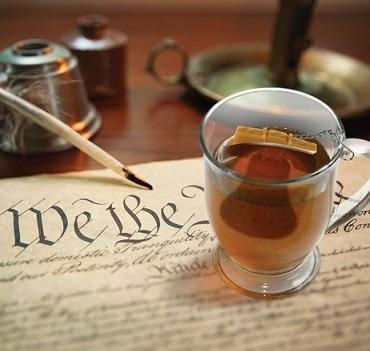 UTU3GI0051_thePHAGshop_LiberTEA Bell Novelty Tea Infuser- Use